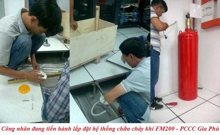 Công nhân lắp đặt hệ thống PCCC FM200